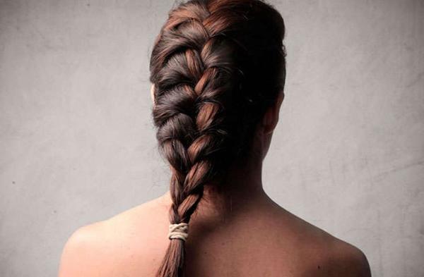 1. Tết tóc lỏng trước khi đi ngủ giúp hạn chế tình trạng tóc xơ rối hoặc gãy rụng do bạn lăn lộn trong lúc ngủ.