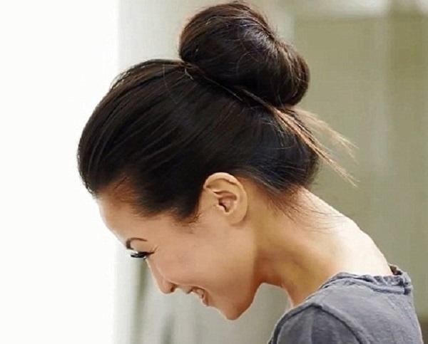 2. Búi tóc lỏng giúp hạn chế tình trạng tóc xơ rối hoặc gãy rụng do bạn lăn lộn trong lúc ngủ.