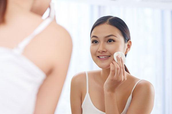 Bước toner – nước hoa hồng sẽ giúp cung cấp độ ẩm, cân bằng lại độ pH, tăng khả năng hấp thụ cho làn da.