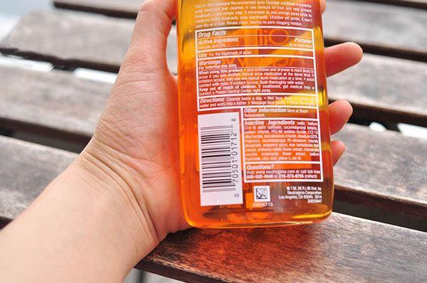 Thành phần của sữa rửa mặt trị mụn Neutrogena Oil Free Acnes Wash Microclear chứaAcid Salicylic và Axit Hydroxyl Alpha (AHA) để tẩy tế bào chết