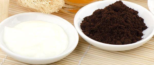 Trộn bã cà phê với sữa chua không đường theo tỉ lệ 2:1