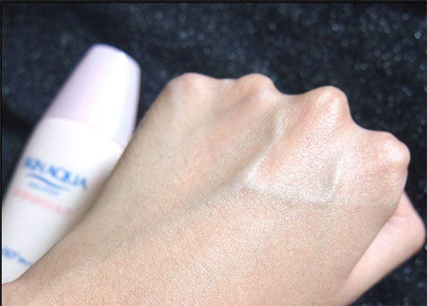 Sữa chống nắng Sunplay Skin Aqua thấm rất nhanh, không gây cảm giác nhờn rít hay bết dính